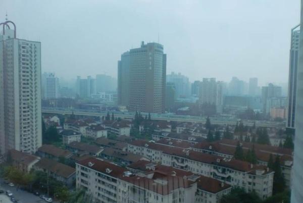 宝钢大厦位于上海市浦电路370号。 宝钢大厦是5A智能型办公大厦,位于浦东陆家嘴金融贸易区。宝钢大厦楼高33层,是上海宝钢集团公司总部所在地和国内钢铁交易活动的主要场所。宝钢大厦总建筑面积达7.5万平方米,是 集贸易、办公、酒店客房、餐饮为一体的综合型大厦。